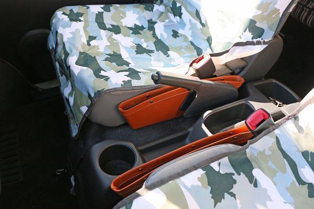 フロントシートの脇に薄い小物入れを用意しておくと、けっこう便利。差し色になるのも◎