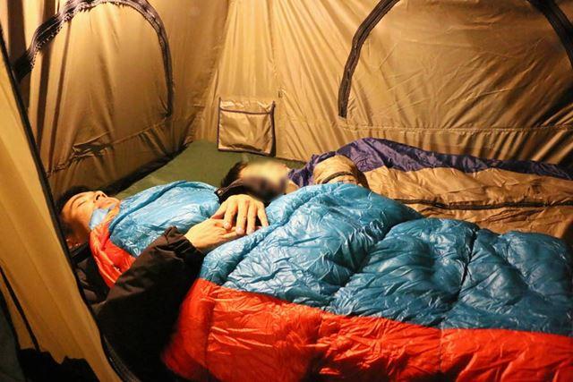 ルーフテントも大人が足を伸ばして寝られる長さがある。2人並んでも、余裕があるほど広い