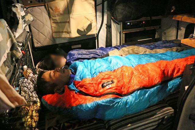ルーフテントに2人が寝て、残る2人と犬は車内のベッドで就寝※奥さんの代わりに旦那さんが出演