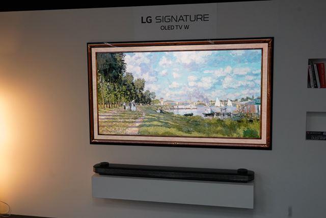 壁に貼るデザインが特徴的な「OLED W9P」シリーズ