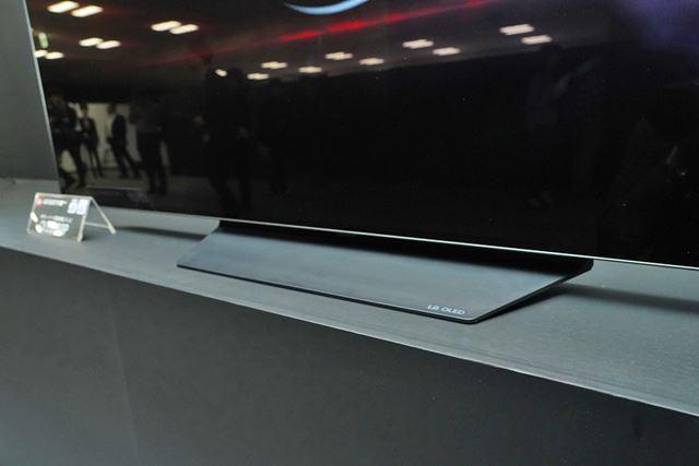 「OLED B9P」シリーズは幅の狭いオーソドックスなスタンドデザインを採用