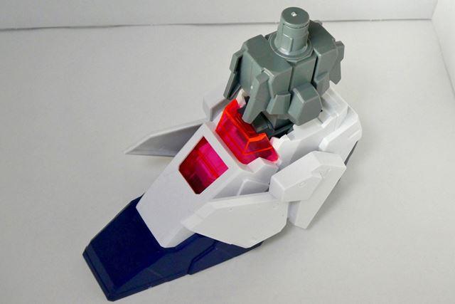 まずは足首から組み立てます。色分けもできており、少ないパーツでこの完成度
