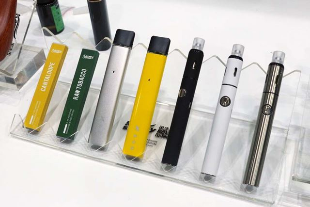 Kamryも、新製品の多くがコンパクトなポッド式(左から3、4番目)や使い捨てタイプ(左2つ)だった