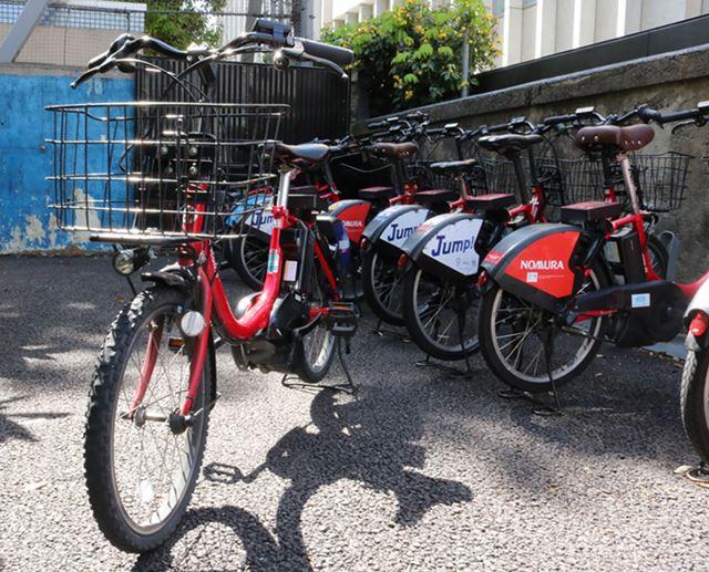 東京都文京区内のポート。ドコモ・バイクシェアは赤い小径タイプの電動アシスト自転車がトレードマーク
