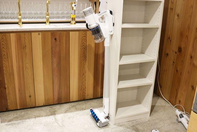 壁や家具にビスで留める仕様となりますが、掃除機をかけておけるホルダーも同梱されています
