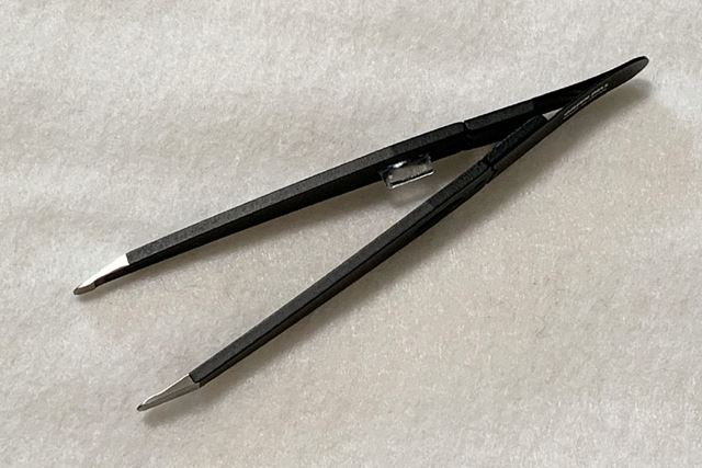 """透明な部分は""""ズレ止め""""。これが反対側の持ち手にある溝にはまることで、刃先のずれを防ぎます"""