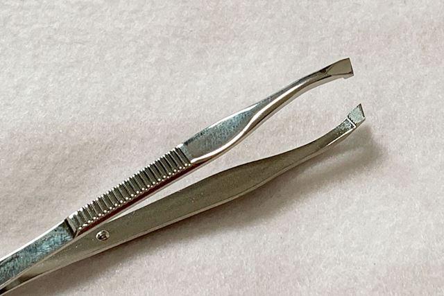 刃先の線で毛をとらえるタイプ。また、刃先にはしっかりと毛をつかめるよう溝が切られています