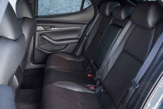 マツダ 新型「MAZDA3」はリアシートがライバル車に比べてやや狭い