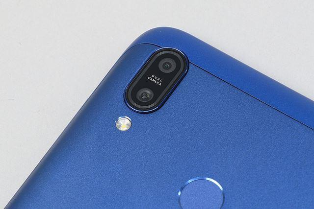 アウトカメラは、メインの1300万画素(F1.8)と深度測定用の200万画素のデュアルカメラ