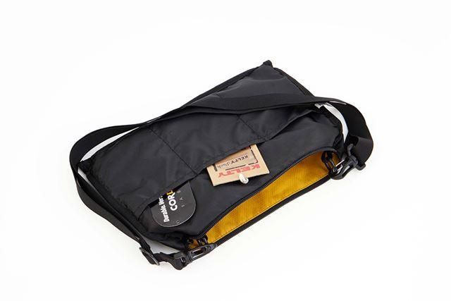 内側に3つの仕切りポケットが搭載。持ち物を整理しやすい