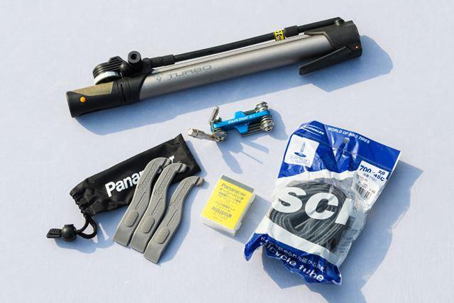 携帯用工具やエアポンプ、替えのチューブなどもバックパックに入れておこう