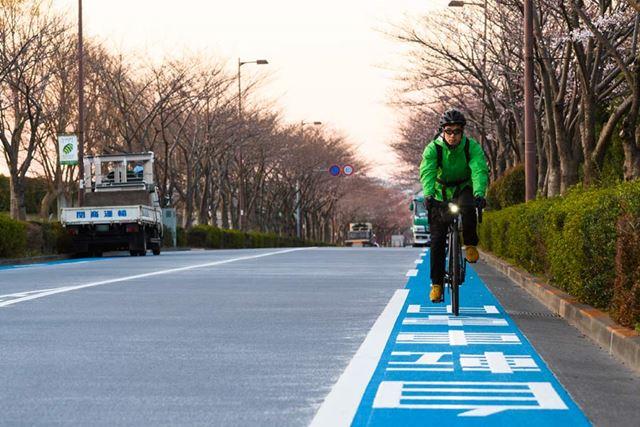平日の早朝とあって交通量も少なく、なかなか快適。自転車レーンも整備されているのでかなり気持ちいい