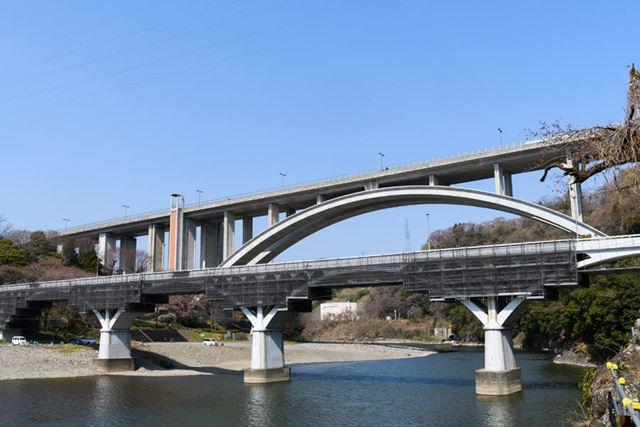 津久井湖近くの小倉橋を渡った辺りから徐々に市街地が終わり、景色が変わり始める