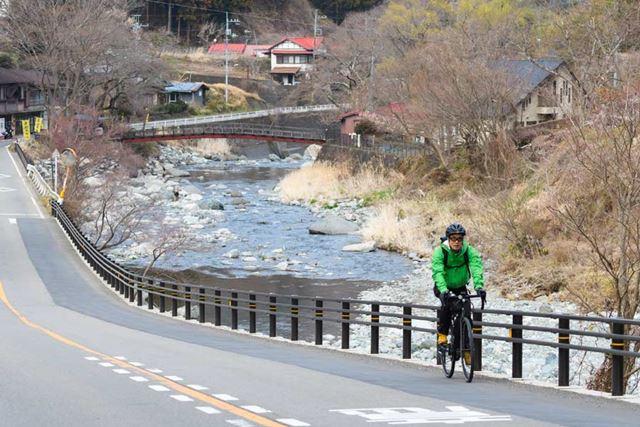 救いだったのは、景色が最高にいいということ。川沿いに進むルートは風が冷たくて気持ちがいい