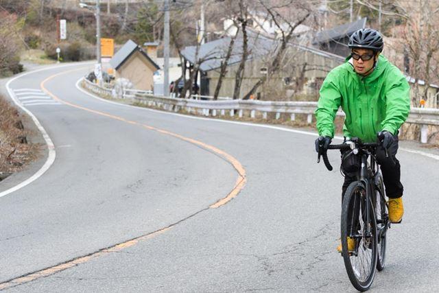 写真ではわかりづらいが、普通の自転車なら登ろうとも思わないような坂が延々と続く
