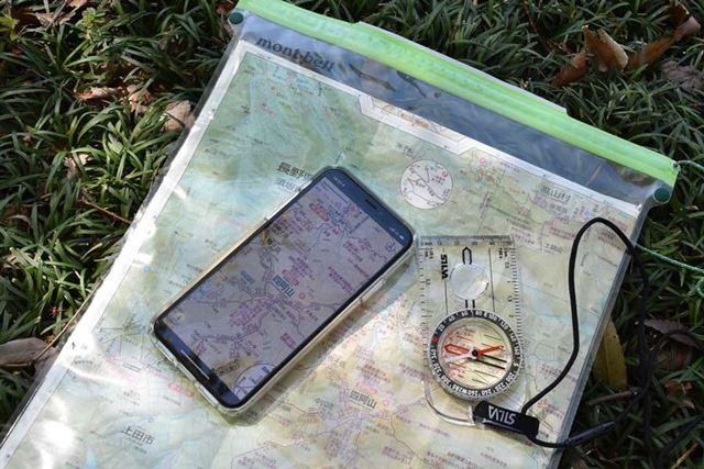 スマホの地図だけに頼るのは危険だ。紙の地図とコンパスも携行しよう