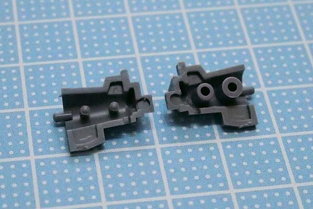パーツの1組。ダボ(左のパーツ)とダボ穴(右のパーツ)が互いに噛み合って離れないように作られています