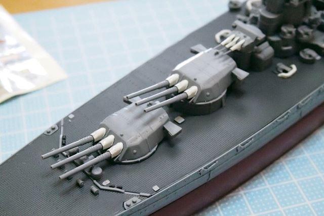 艦首の砲塔群。甲板まで黒い武蔵には、砲身基部の白いキャンバスがよいアクセントとなっています