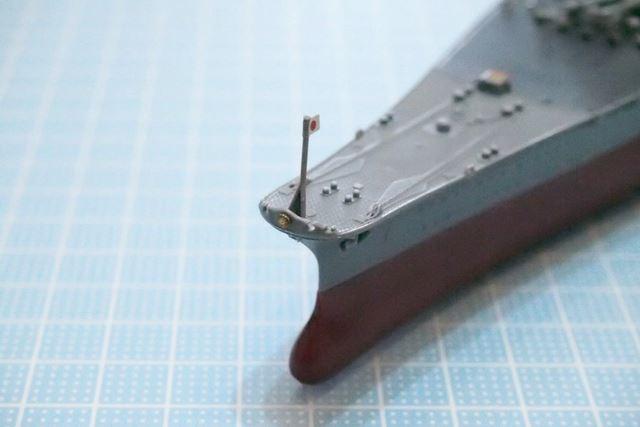 最後まで油断できない艦首の旗竿。旧海軍の「軍艦」の証である菊花紋はシールで再現されています