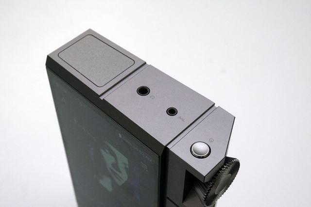 3.5mmアンバランス出力、2.5mm4極バランス出力は本体上部に用意されている