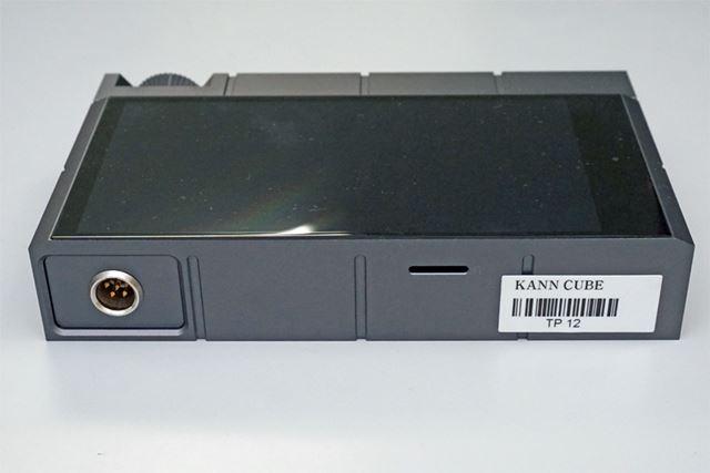 microSDメモリーカードスロットは本体左側面に用意されている