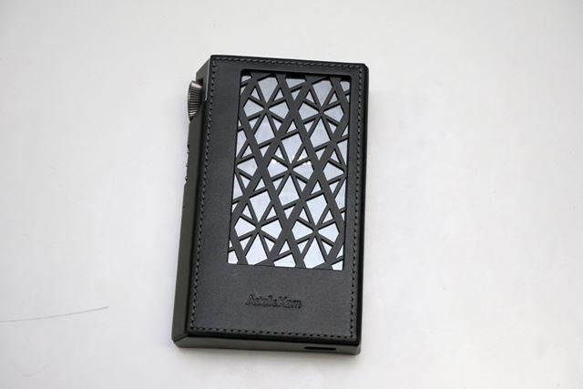 排熱に対応するため、ケース背面は「Astell&Kern」のロゴをモチーフにしたスリットが設けられている