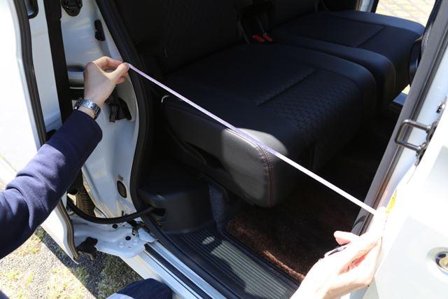 両車の開口部の狭い部分を計測してみると、N-BOXカスタムの方が広かった