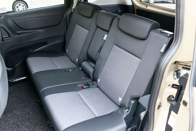 2列シートなのでセカンドシートの足もとも広く、ゆったりと座れる