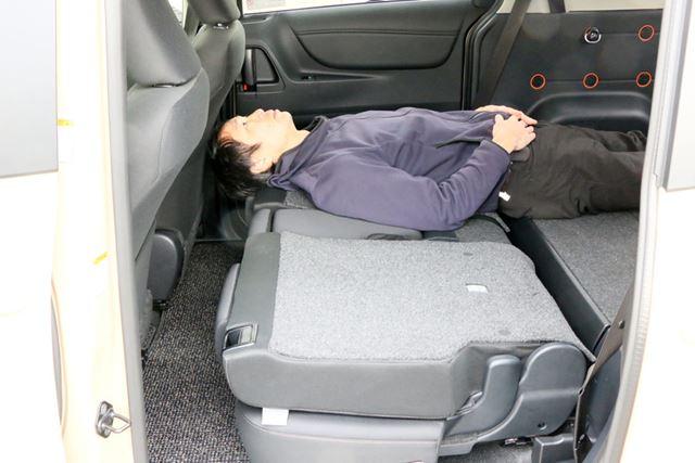 身長があと10cm低ければ(165cmくらい)、このようなシートの倒し方でも車中泊できるだろう