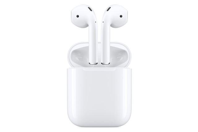 アップル純正の完全ワイヤレスイヤホン「AirPods」。完全ワイヤレスイヤホンの先駆け的存在となる