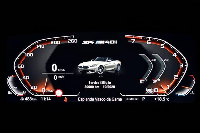 BMW 新型「Z4」のタコメーター(右)は、針が時計と逆回りに上昇していく(左回り)動きになっている