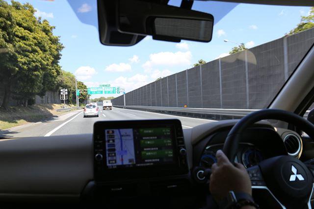 三菱 新型「eKクロス」(ターボ、4WD)の高速道路における試乗イメージ