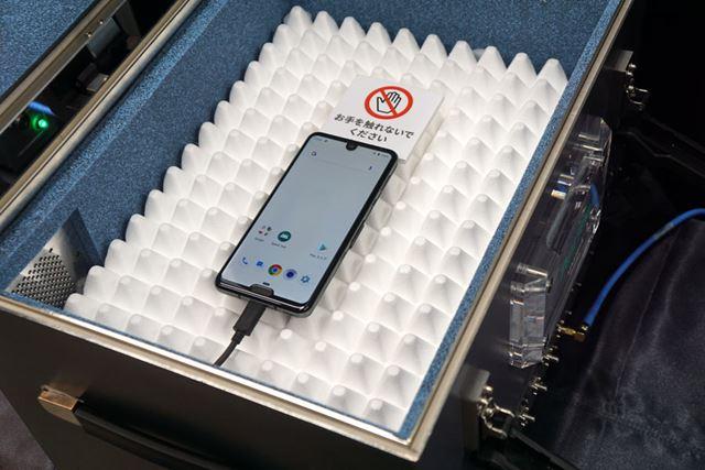 5Gの通信デモは、写真のような電波シールドされたケースの中で行われた
