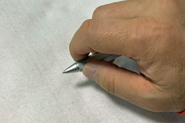 先端部分を回転させるとペン先が出てきます