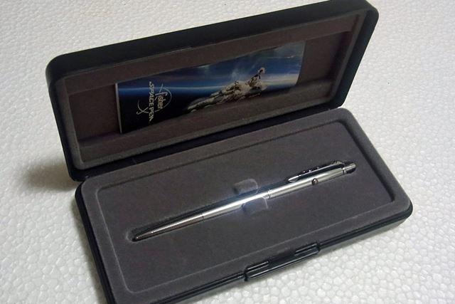 筆者が購入したのは、スペースペンを代表するフラッグシップモデルの「AG-7」。立派なケースに入っています
