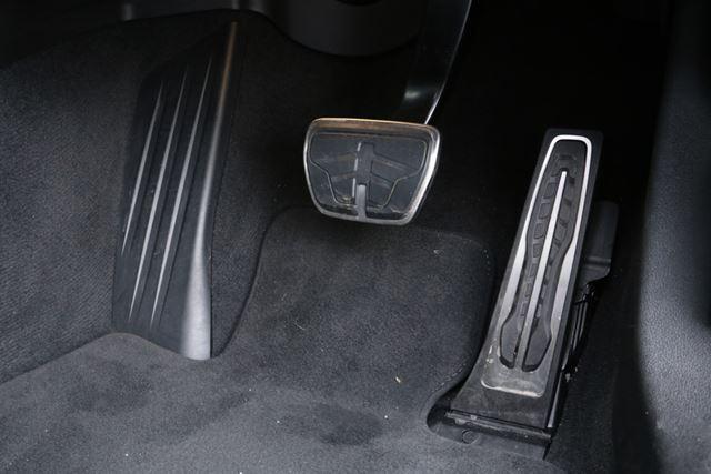 BMW 新型「3シリーズ」のペダル位置は、下半身がわずかに外側に向くレイアウトになっている