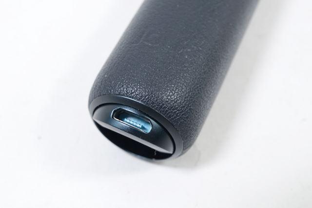 底面の円形がまるごとパネルになっており、「パカっ」と半開きにすると充電ポートが露出