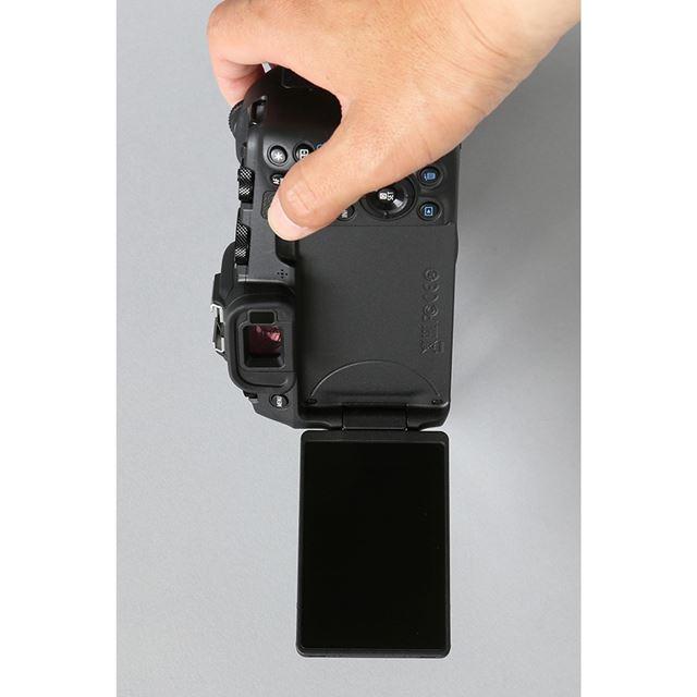 バリアングル液晶は縦位置構図で撮る場合でもモニターの角度を見やすいように調整できる(画像はEOS RP)