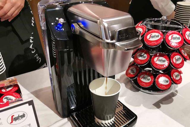 ボタンを押すとすぐに抽出が始まります。広がる香ばしい香りはドリップコーヒーそのもの