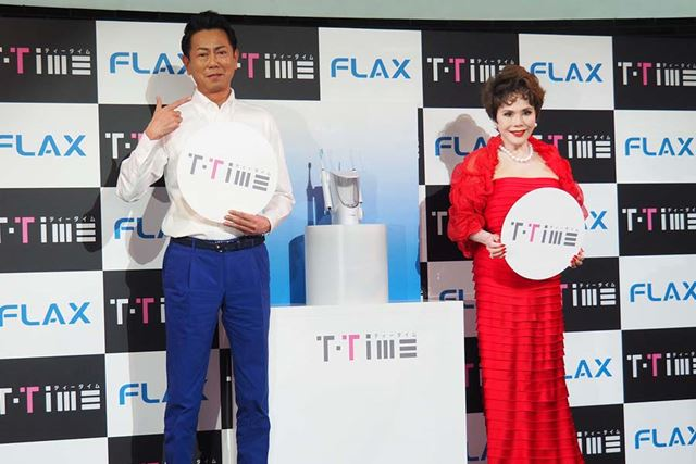 T-TimeのCMに出演する俳優の東幹久さん(左)と、1日5回以上歯磨きをするというタレントのデヴィ夫人(右)