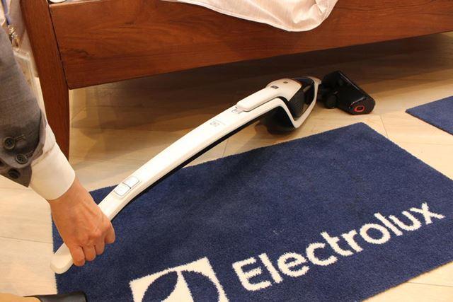 本体を寝かせれば、狭いベッドの下などもスイスイ掃除が可能