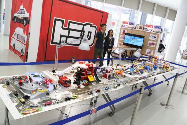新型スープラやトヨタ車のトミカが展示されているトミカブース