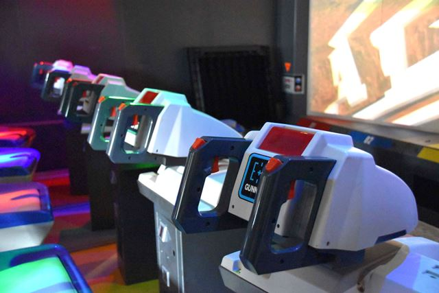 プレイヤーが座るシートと、操作するために使うコントローラー