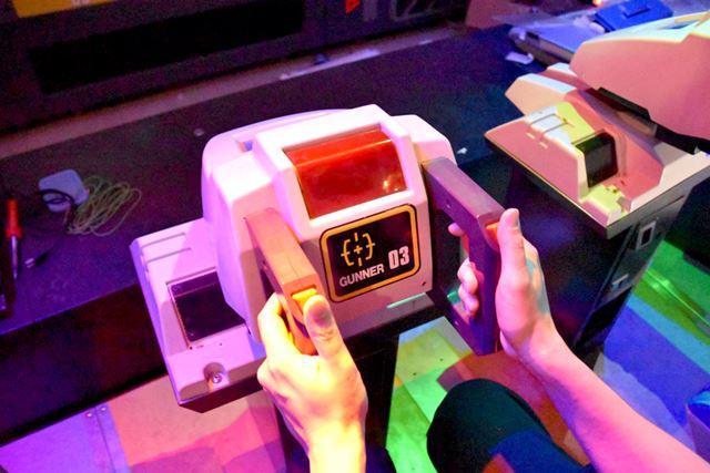 持ち手の赤いボタンとトリガーを使って、レーザーを発射する