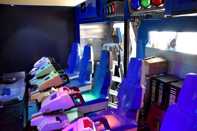 それぞれのレーザーの色にあわせた照明がシートを照らしている