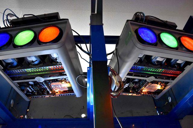 映像は、三管式プロジェクター2台で投影されている