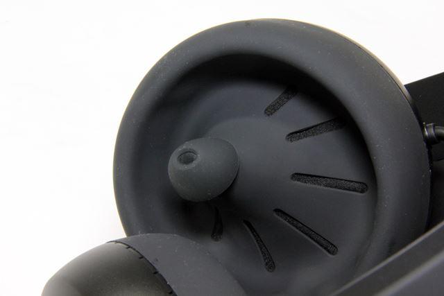ヘッドホンのカップの中にカナル型イヤホンを配置したような不思議なデザインを採用