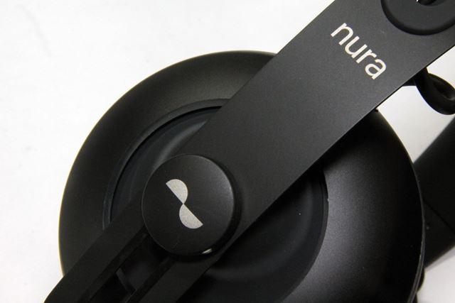 左右のヘッドホンバンドの留め金部分がタッチセンサー式のボタンになっている