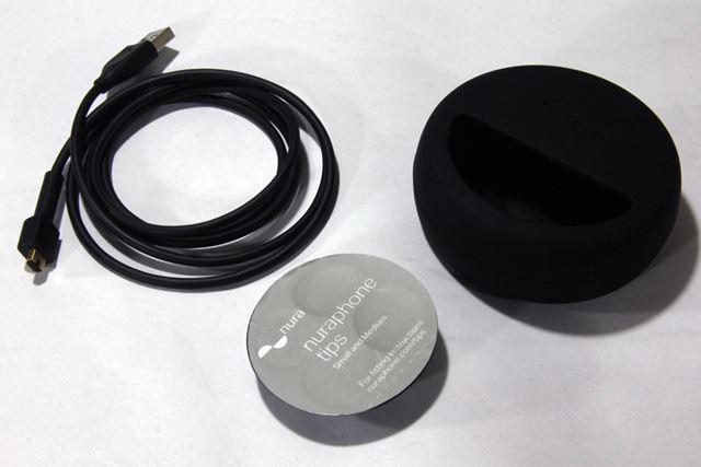 充電ケーブルのほか、イヤホン部分に取り付けるイヤーチップも付属する