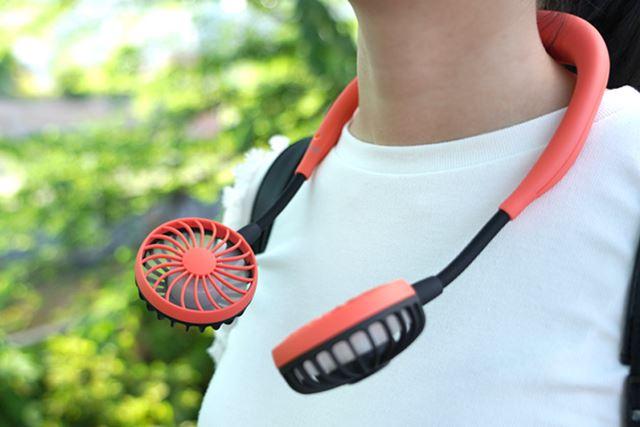 ヘッドホンのように首にかけて使います。アームの向きは自在に調節可能
